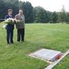 Złożenie kwiatów na cmentarzu w Glinnej
