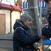 Burmistrz wręczał kwiaty z okazji Dnia Kobiet na Targowisku Miejskim